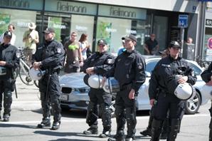 Hamburger Polizisten in München am Beginn der Demo